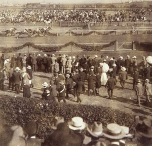 [HORSE RACING] Winning group on the home stretch, Melbourne Cup, Melbourne, AustraliaUNDERWOOD & UNDERWOOD (publishers)# 12731